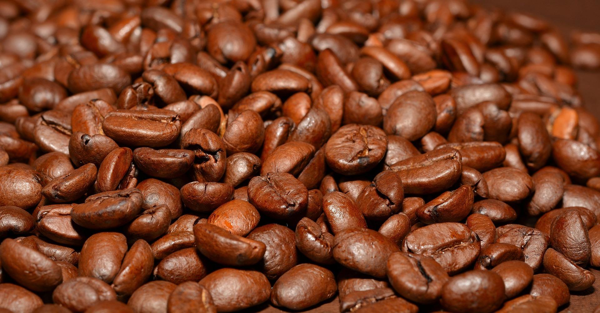 Giá café hạt rang Arabica cao hơn cà phê Robusta.