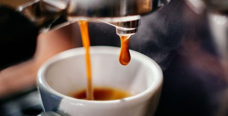 Cà phê Espresso pha chế trực tiếp từ hạt café rang sơ.