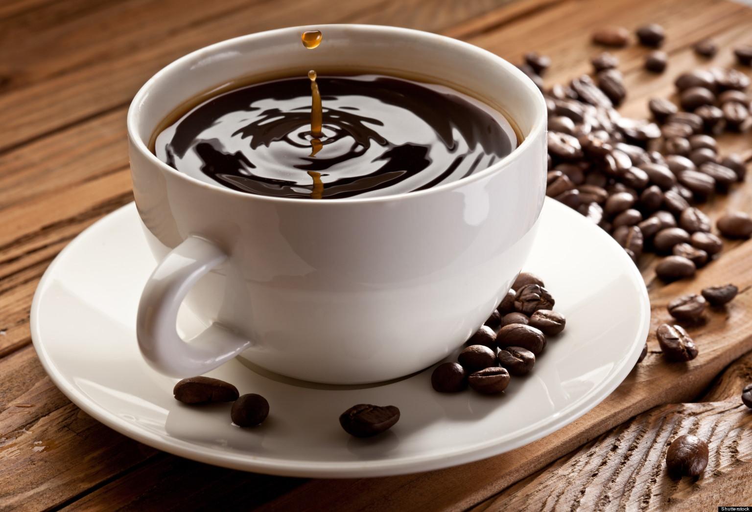 Nước cà phê nguyên chất có màu nâu cánh gián đến nâu đậm.