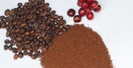 Bột cà phê nguyên chất khá nhẹ và tơi xốp.