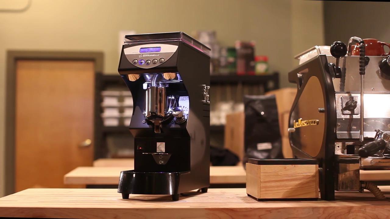 Máy xay cà phê ngay tại chỗ phục vụ khác hàng