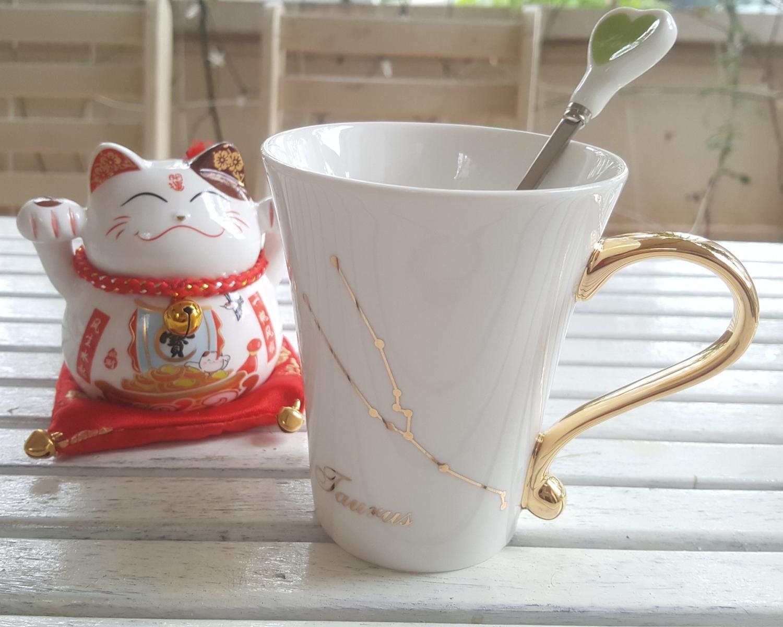 Chiếc cốc sứ đựng cà phê phin đậm đặc