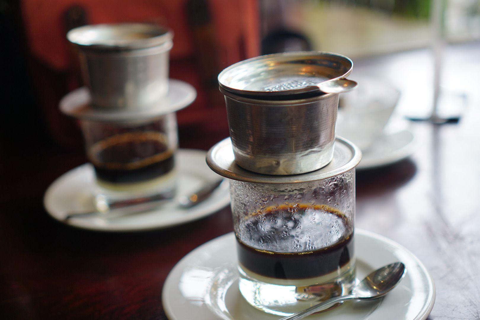 Thưởng thức những giọt cà phê nhỏ tí tách trên ly