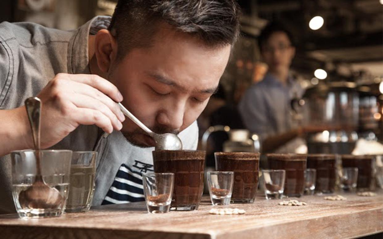Cà phê nguyên chất có mùi nhẹ nhàng không quá gắt.