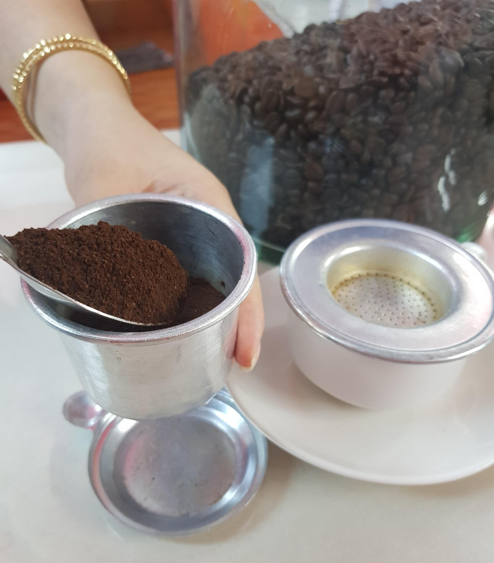 Phin pha cà phê cỡ lớn có kích thước lớn hơn bình thường nên các lượng khi pha chế cũng thay đổi.