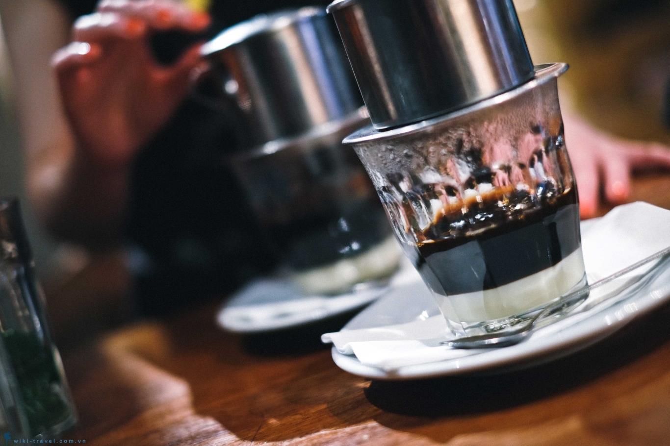 Có thể thưởng thức cà phê nóng cùng sữa hoặc đường