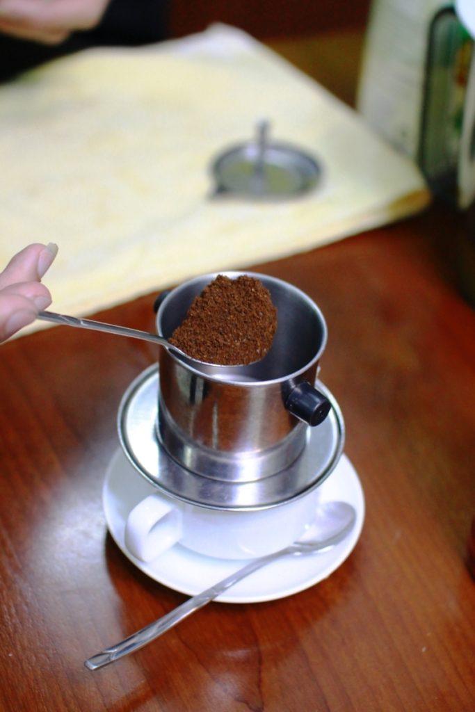 Cho 2 thìa cà phê vào phin
