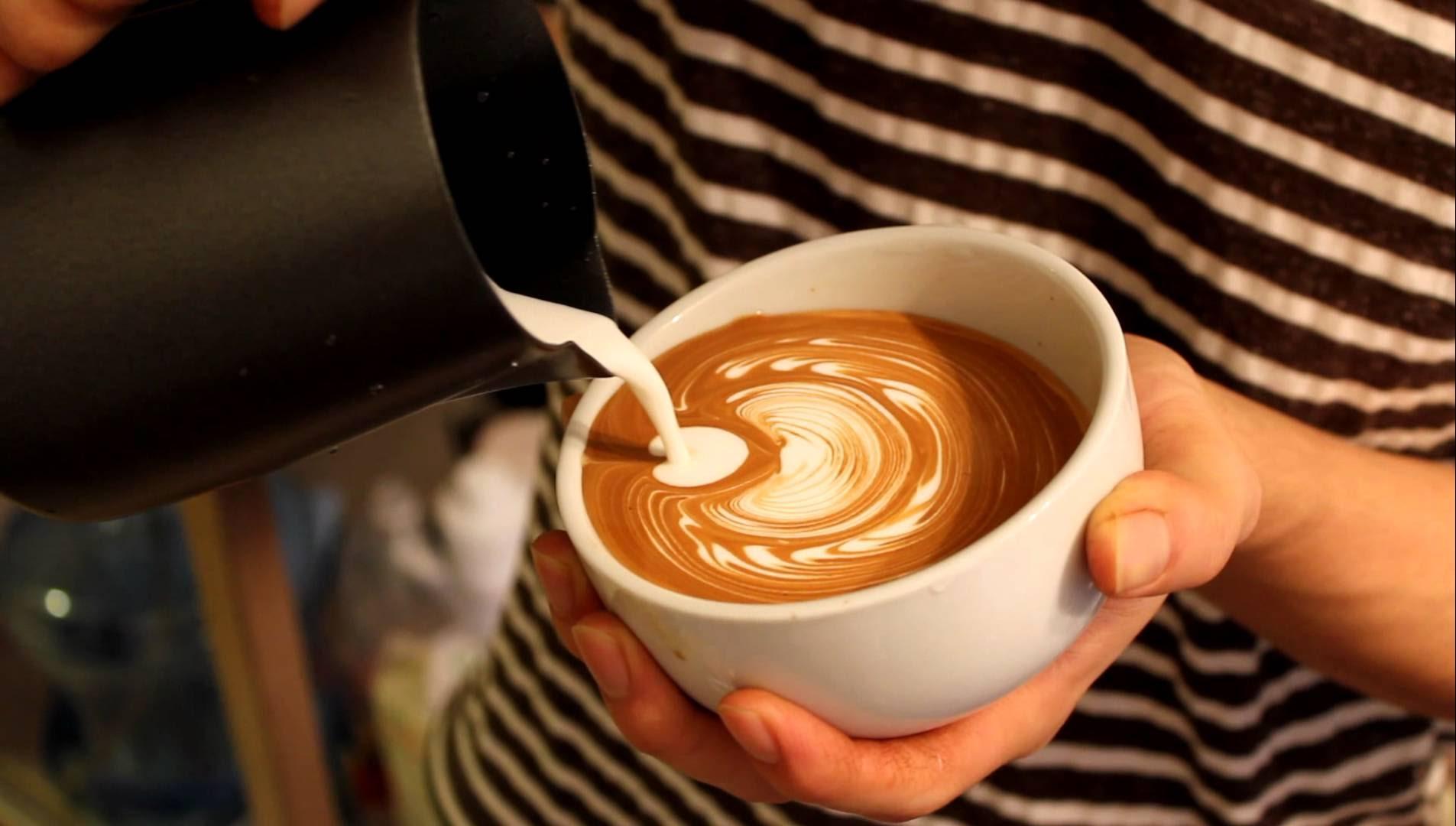 Sữa bò được cho rằng phù hợp nhất để pha cà phê sữa tươi