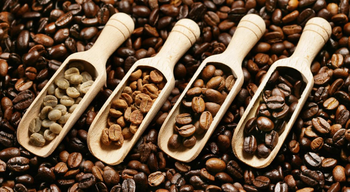 Những hạt cà phê sạch sẽ, óng ánh sẽ được làm khô bằng cách phơi trực tiếp dưới ánh nắng